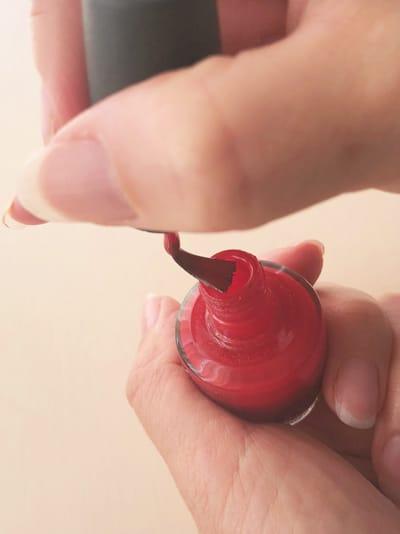 ボトルの口で刷毛を広げる