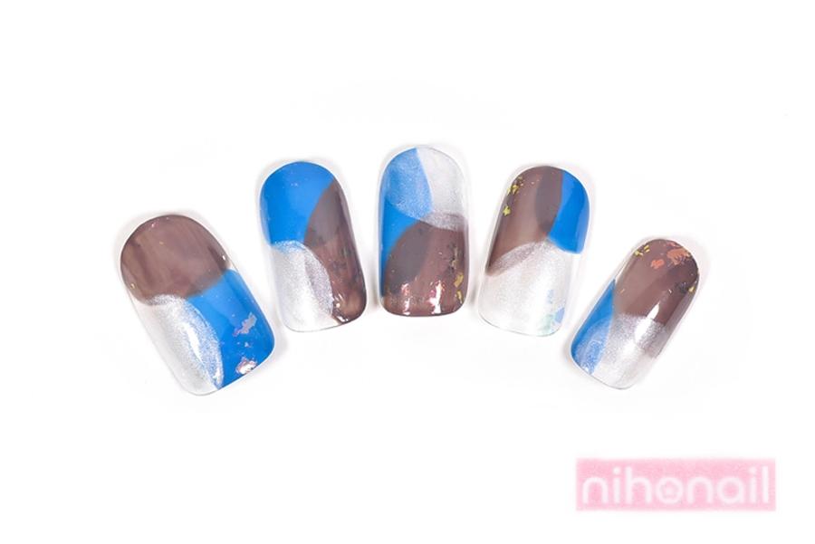 オーロラが輝く爽やかブルーの和柄ドットネイル