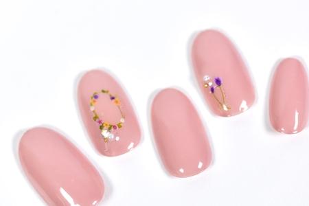 ネイルシールで手軽に花柄ピンクネイル