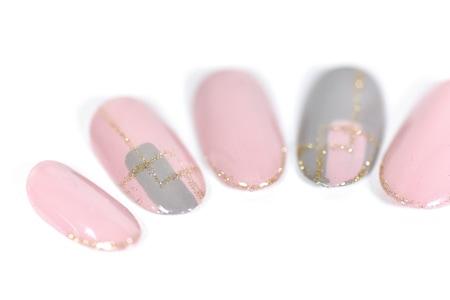 くすみピンク×グレーでほっこり春のツインカラーネイル