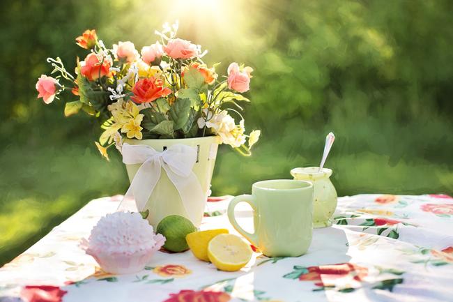 花瓶が飾られたテーブル