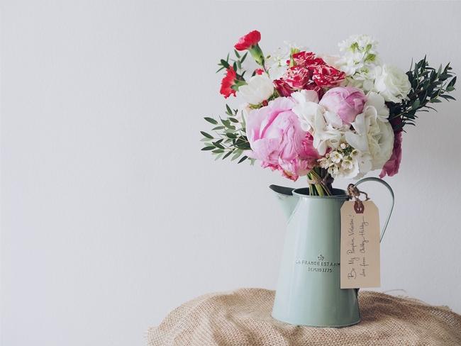 花瓶に入った薔薇のブーケ