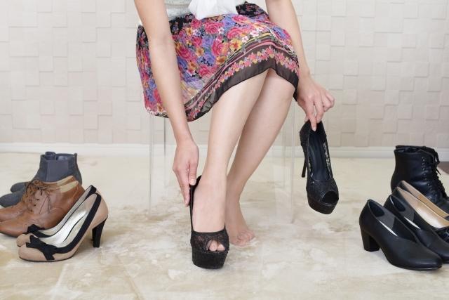 靴を試し履きする女性